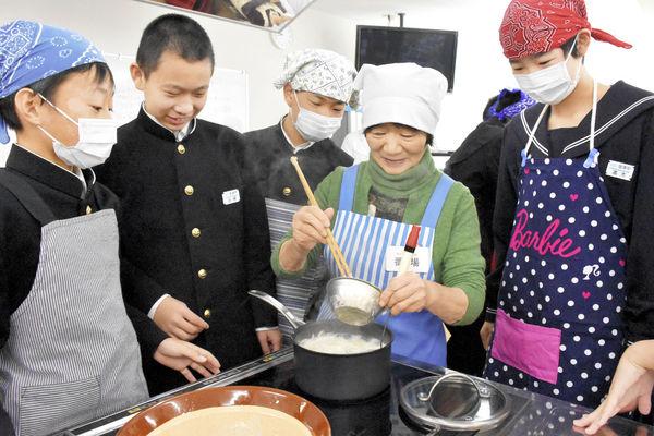 中学生が打ち豆汁作りに挑戦