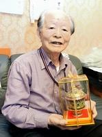 タイ王室から贈られた香炉を手に、謁見の思い出を話す高木さん=15日、福井市内