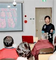 無肥料・無農薬でイチゴを栽培した経験を語る野中さん(右奥)=19日夜、福井市中央1丁目のコワーキングスペース「sankaku」