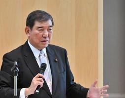 「国政の課題と展望」と題し講演する石破茂氏=26日、福井新聞社