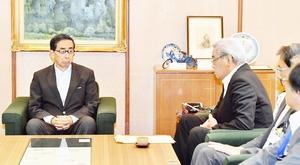 福井市の財政状況について東村新一市長(左から2人目)の説明を聞く西川一誠知事(左端)=6月1日、福井県庁