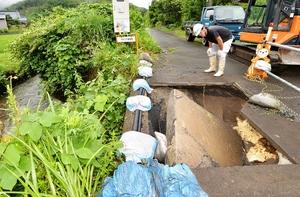 大雨で道路脇が陥没した県道=6日午前8時45分ごろ、福井県越前町小曽原