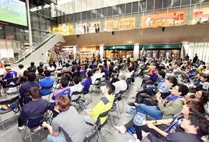 パブリックビューイングで日本代表を応援する観客=5月30日夜、福井県福井市のハピテラス