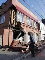 地震で崩れた北海道安平町の建物=9月6日午前
