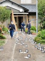 女性がかばんを奪われた現場周辺を調べる福井県警捜査員=16日午前8時ごろ、福井県大野市阿難祖領家