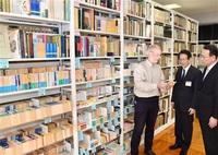 日本文学4300冊を寄贈 NZの大学講師 坂井・県教育博物館へ 「研究に役立てて」 40年前福井で勤務縁