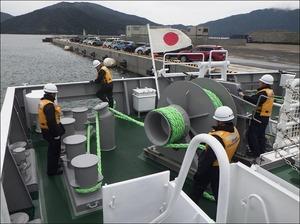(巡視船つるが)後部甲板での作業の様子