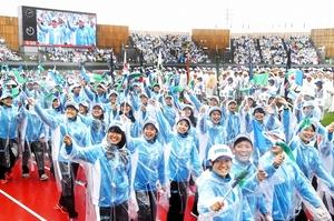 雨の中で行われた福井国体の総合開会式=9月29日、福井県福井市の9・98スタジアム