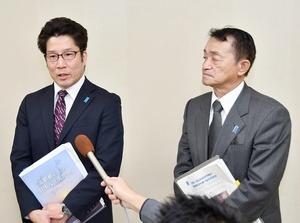 集会後に報道陣の質問を受ける横田拓也さん(左)と地村保志さん=11月24日、福井県敦賀市プラザ萬象
