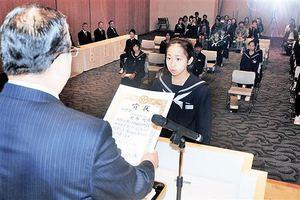 知事賞に輝き、表彰を受ける金巻明希さん=14日、福井新聞社・風の森ホール