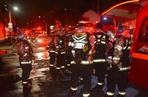 札幌市西区の集合住宅火災に出動した消防隊員=14日午前2時20分