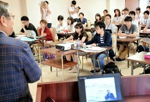 鯖江市の牧野百男市長の講義を受ける学生たち=9日、鯖江商工会議所