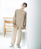 自身のブランド「fukuu」のセットアップを着る高橋愛さん。福井県内製造のサテン生地を使っている
