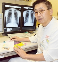 加熱式たばこの有害性を説く呼吸器外科の小林弘明顧問=福井県済生会病院