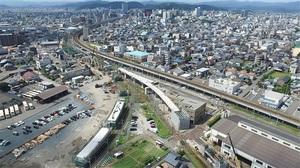 福井駅方面(奥)に向かい、着々と工事が進むえちぜん鉄道の高架橋(手前の白い部分)=2016年8月