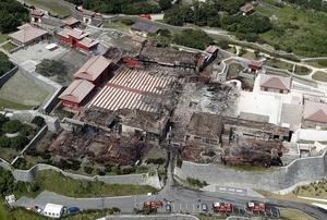 火災で焼失した首里城の正殿(中央)=10月31日午後0時32分、沖縄県那覇市(共同通信社ヘリから)