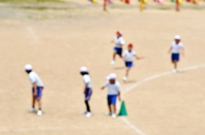 校庭で体育の授業に励む子どもたち。長期休校による体力低下でけがが心配されている(写真はイメージ)