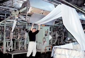染色加工の各社は、染料の高騰で経営環境が厳しくなっている=福井県福井市のサカイオーベックスの工場(同社提供)