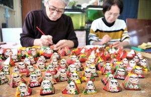 ピークを迎えている合格ダルマ作り=1月9日、福井県小浜市福谷のツカモト民芸センター