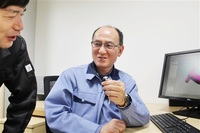 福井鋲螺(あわら) 開発一部開発課製品金型設計係 吉崎淳さん(62) 精密部品支える技、中枢担う生き字引。 われらふくい達年世代