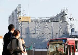 シートで覆われ、解体工事が進む京都アニメーション第1スタジオ=18日午前、京都市伏見区