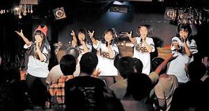 ライブでベスト盤収録の曲を披露するアミ~ガス=11月23日、福井市中央1丁目のCasa