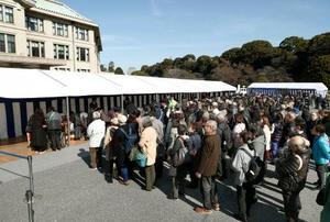天皇陛下の在位30年を祝う記帳に訪れた人たち=24日午前、皇居・宮内庁庁舎前