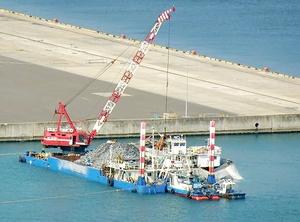 敦賀港鞠山南地区の用地拡張で、福井県が今月始めた埋め立て工事=3月5日、福井県敦賀市