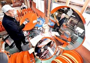 製造が最盛期を迎えているカーブミラー=7日、福井市串野町の海道工業