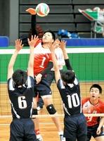 福井―北海道 第2セット、スパイクを放つ福井・林雅裕(中央)=大阪市中央体育館