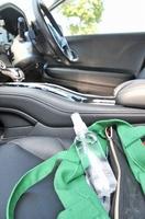 車内に置かれたアルコール消毒液。長時間放置すると火災につながる恐れがある(写真はイメージ)