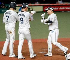 5回、逆転3ランを放ち(左から)二走金子と三走木村に迎えられる西武・森=メットライフドーム