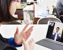 ろう者に正確な情報を伝えるため開設したテレビ電話による相談窓口=福井県の坂井市役所