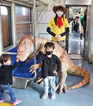 きょうりゅう電車、限定運行で大人気