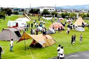福井県内外のアウトドアファンでにぎわった昨年の「キャンプ・オブ・ワンダー」=2018年9月、福井県坂井市ゆりの里公園