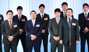 東京都内のホテルで開かれた巨人の激励会であいさつする原監督(右手前)。左端は丸=22日(代表撮影)