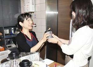 マイボトルを持参し、コーヒーを注文する女性客(右)=福井県福井市文京3丁目の「美術館喫茶室ニホ」