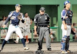 福井―信濃 4回に勝ち越しの適時打を許し、ぼうぜんとする福井の岩本(左)と片山のバッテリー=福井フェニックススタジアム
