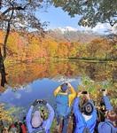 秋と冬 水鏡彩り 大野・刈込池で紅葉見頃