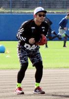 練習を公開し、守備練習する楽天・今江=沖縄県内