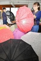 色とりどりの日傘が並ぶ工場=7月11日、福井県福井市浜別所町の福井洋傘