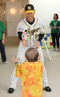 阪神の原口捕手、医療施設を訪問