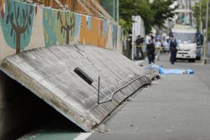 登校中の三宅璃奈さんが下敷きになった現場のブロック塀=19日、大阪府高槻市