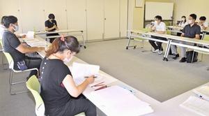 福井県福井市内の2団体が事業計画を発表した「未来づくり創造ファンド」の公開プレゼンテーション=8月26日、福井市役所