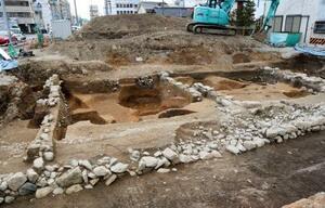 兵庫県姫路市で見つかった遺構。手前は中堀、横は石垣、縦は屋敷の敷地境を示す石列=11月27日