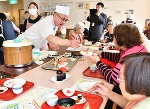 入居者らにすしを振る舞うすし職人=3月6日、福井県福井市大森町のケアハウス清水苑