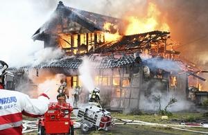 激しく炎を上げて燃える住宅=3月15日午後3時45分ごろ、福井県福井市上六条町