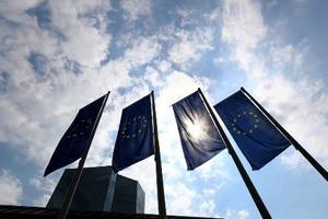 ドイツ西部フランクフルトにある欧州中央銀行(ECB)本部前に掲げられた旗=2017年4月(ロイター=共同)