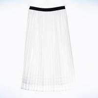 フィルム糸の光沢や透け感が印象的なスカート(ファイブフォックス提供)