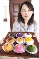 Uターンして起業した吉川雅美さんが手作りする色とりどりのおはぎ=福井市